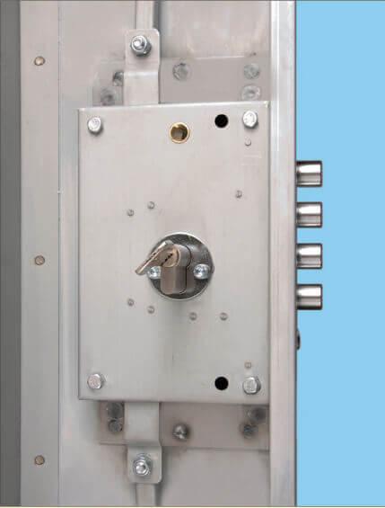 La serratura di una porta blindata